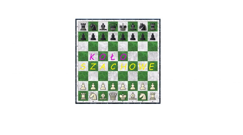 """Zielono - szara marmurkowa szachownica, bierki w pozycji wyjściowej, pośrodku różowo - żółty napis """"koło szachowe"""", każda litera na osobnym polu."""