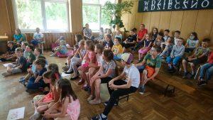dziecie ze świetlicy oglądają przedstawienie teatralne