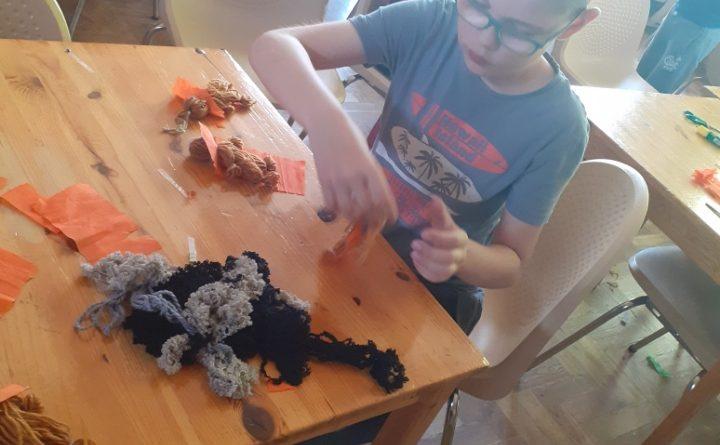 dzieci tworzą zabawki z włóczki
